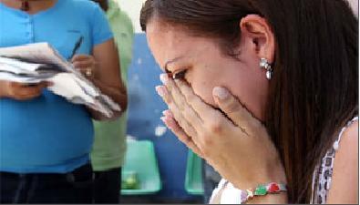 Carolina Contreras hermana de Sabrina, llora en los predios de la morgue