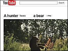 """Si uno escribe """"baila"""", el cazador y el oso comienzan una danza en el bosque."""
