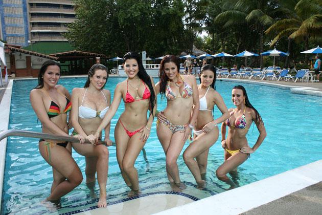 Las Chicas de A que te ríes desde la piscinas