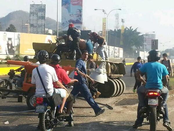 Estudiantes y grupos violentos destrozan maquinarias para asfaltar las calles