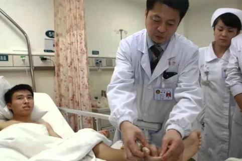 mano implantada en el tobillo