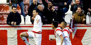"""GRA358. MADRID, 06/02/2016.- El delantero venezolano del Rayo Vallecano Nicol·s Ladislao Fedor """"Miku"""" (i) celebra el gol marcado ante Las Palmas, el primero del equipo, durante el partido de la vigÈsimo tercera jornada de Liga que disputan en el estadio de Vallecas, en Madrid. EFE/MARISCAL"""