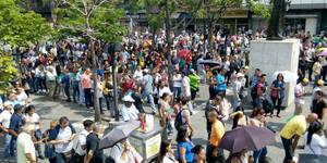Se reportan inmesas colas en todo el país para firmar por el revocatorio de Maduro (5)