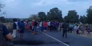 Trancan vía La Villa-Machiques para exigir venta de comida