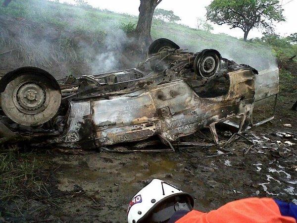Machito del Ejército volcó en la autopista José Antonio Páez de Cojedes con 40 Kg. de droga (1)