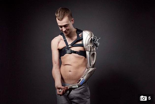 cientificos-brazo-robot-tecnol