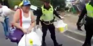 Policias Colombianos ayuda a mujeres Venezolanas a cargas sus bolsas