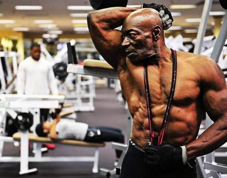 """Sam Bryant, 72 años Actor, escritor y legendario fisicoculturista francés Sam """"Pantera Negra"""" Bryant, mejor conocido por su papel en la película """"Pumping Iron"""" es sobre los eventos que tomaron lugar alrededor del torneo Mr. Olympia en 1975 con Arnold Schwarzenegger, Serge Nybro y Lou Ferrigno. Sam ahora tiene 72 años y se ve bastante bien."""
