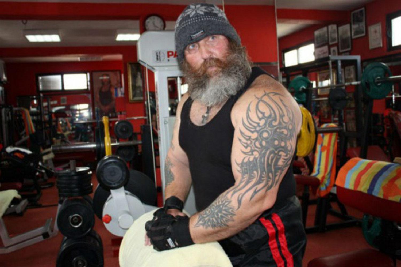 """Svetozar Nikocevic, 60 años Se dice que este gigante montenegrino llamado """"Kika"""" tiene las manos más grandes de toda Europa – 55 cm. Eso es un poco menos que la cintura de una modelo."""