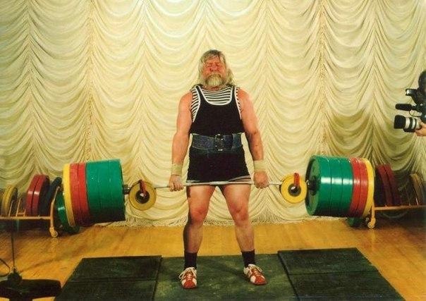 Valentin Dikul, 51 años Después de un feo accidente de gimnasia en 1962, donde Valentine básicamente se quebró la espalda, los doctores le dijeron que su carrera atlética estaba acabada. Sin embargo, aquí puedes ver a Valentin levantando una barra de 460 kg. ¡Qué tal eso para estar acabado! Nunca se rindan chicos.