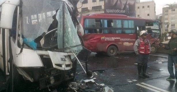 Aparatoso choque entre dos autobuses en autopista de Prados del Este (2)