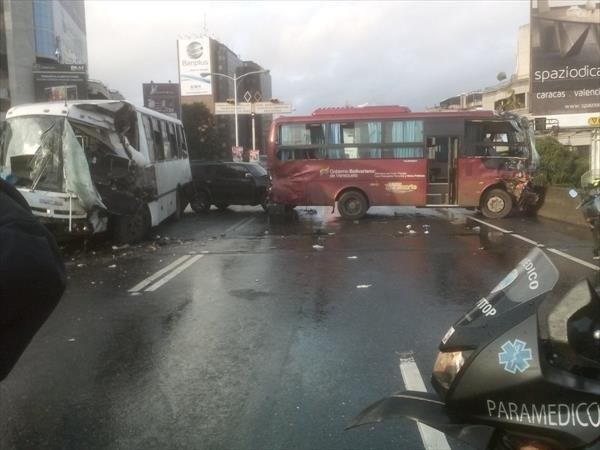 Aparatoso choque entre dos autobuses en autopista de Prados del Este (3)