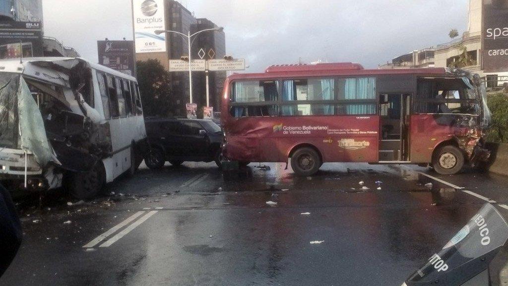Aparatoso choque entre dos autobuses en autopista de Prados del Este (4)