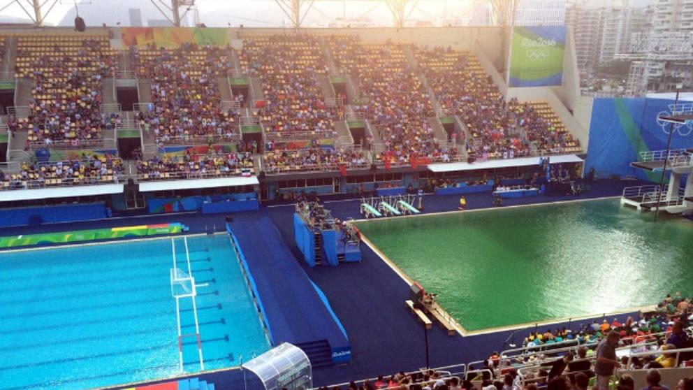 El agua de una piscina de los Juegos Olímpicos se vuelve de color verde