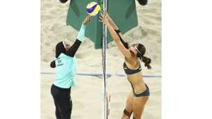 La egipcia Doaa Elghobashy juega al voley playa cubierta desde los tobillos hasta la cabeza. Al otro lado de la red, la alemana Kira Walkenhorst viste un bikini. La foto de las dos deportistas en un partido de voleibol playa, que muestra claramente las diferencias culturales de ambos países, se volvió viral.