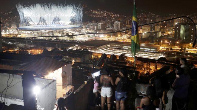 Una perspectiva única, pero distante. Para muchos habitantes en las favelas, sólo es posible acompañar el mega espectáculo desde lejos.