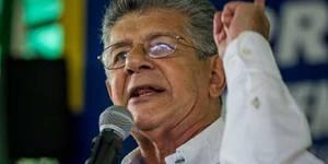 """CAR01. CARACAS (VENEZUELA), 26/09/2016.- El presidente de la Asamblea Nacional, Henry Ramos Allup, participa en un acto con varias organizaciones sociales y políticas hoy, 26 de septiembre de 2016, en Caracas (Venezuela). La oposición venezolana insistió hoy en que el referendo revocatorio presidencial que impulsan """"será en 2016"""", y aseguró que solo aceptará que la recolección del 20 por ciento de voluntades necesarias para el mismo sea a nivel nacional y no por estados como estableció el Poder Electoral la semana pasada. EFE/MIGUEL GUTIÉRREZ"""