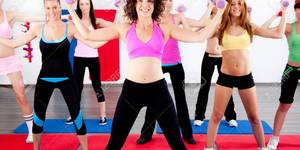 7882579-imagen-de-la-mujer-haciendo-ejercicios-aer-bicos-con-pesas--Foto-de-archivo