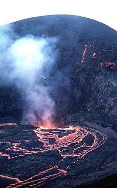 Kilauea Iki La playa de Kilauea Iki, en Hawai. Una de las más bonitas del mundo, pero una de las más peligrosas, por estar situada junto a un volcán... ¡activo! Lo peor es que cuando escupe lava, está va directa a la playa. El peligro no es sólo para quienes estén en ella, pues al llegar la lava al mar, ésta provoca explosiones y salpicones que abrasan a quienes andan por la zona.