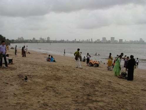 Playa de Chowpatty Hablar de una playa en Bombay (India) ya da una pista de lo que vamos encontrar. Aguas contaminadas, pues los desagües de la ciudad van directos al mar. Esto en una ciudad de más de 18 millones de personas, es un poco asqueroso. Es más, está prohibido bañarse, por salud. Y a pesar de ello, no son pocos los indios que se tiran a la infecta agua de la Playa de Chowpatty en días de celebración. Muchos no salen.
