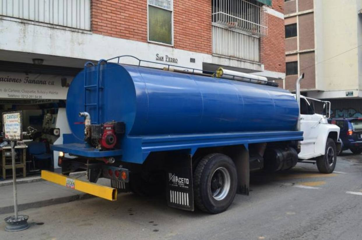 Hasta bs 20 millones pagan caraque os por cami n cisterna for Cisterna de agua precio