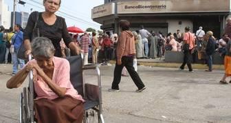 PENSIONADOS EN EL SOL ESPERANDO COBRAR LA PENSION MARACAIBO, ZULIA, VENEZUELA