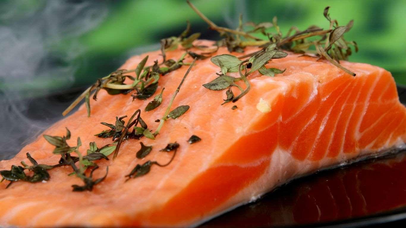 Un estudio publicado en 2004 concluye que los contaminantes orgánicos del salmón de criadero son mucho más elevados que los del salmón salvaje. Una persona que consume este tipo de salmón una vez al mes, con el tiempo desarrolla más riesgos de contraer cáncer que si se alimenta de pescado salvaje.