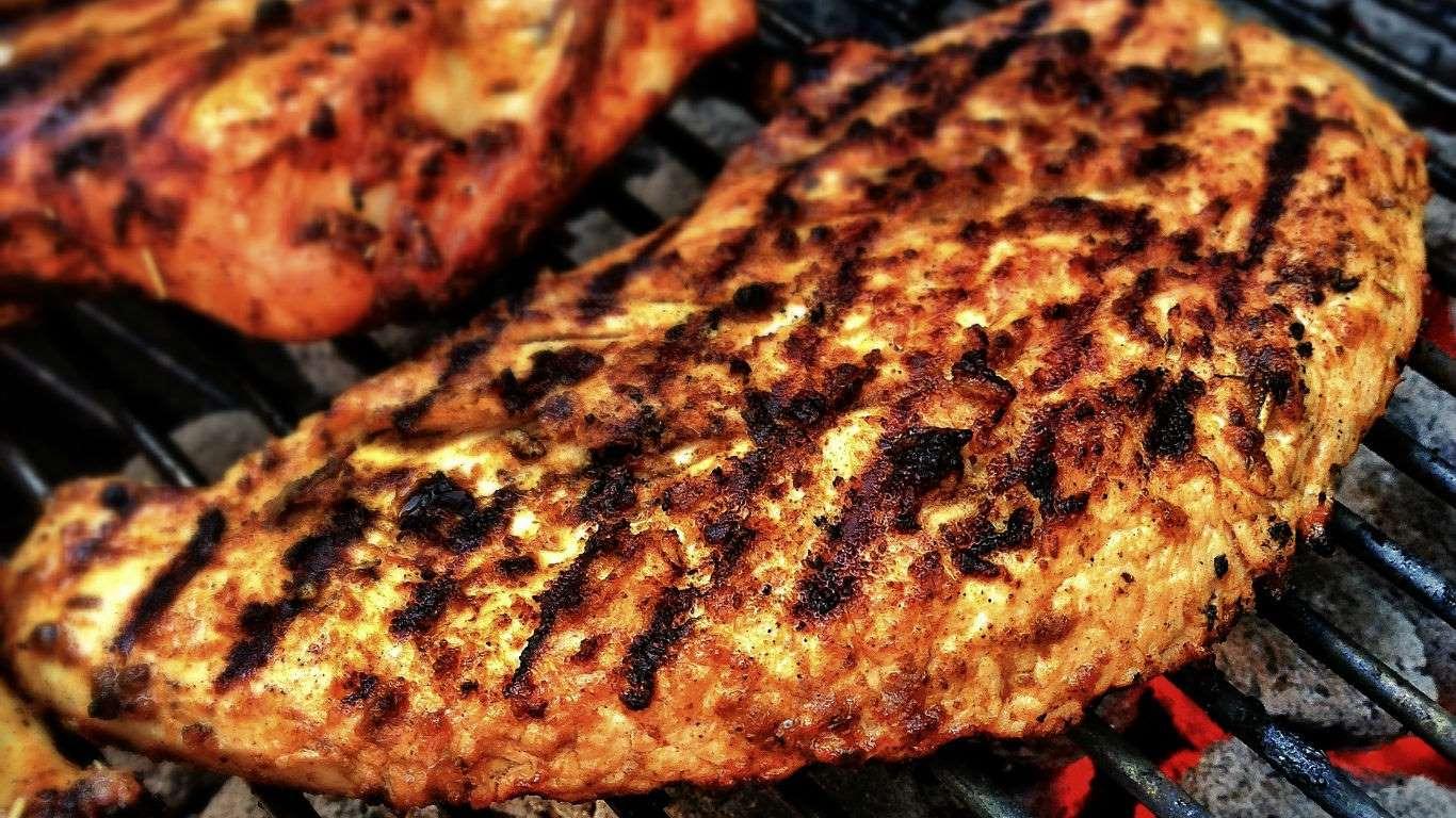 Cuando la carne se cuece demasiado o se quema en la parrilla, se producen hidrocarburos aromáticos policíclicos (HAP), un grupo de substancias cancerígenas.
