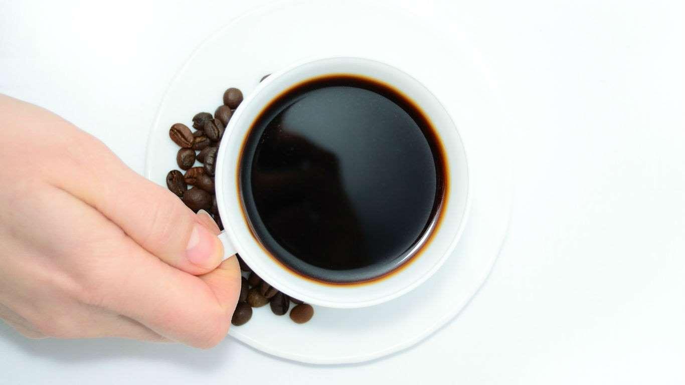 ¿Te gusta el café, el té, la sopa…? Antes de tragarlos asegúrate de que no estén demasiado calientes. Según la Agencia de Investigación sobre el Cáncer de la OMS, el hecho de beber líquidos más calientes que 65 grados Celsius aumenta los riesgos de tener cáncer de esófago.