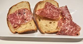 La Organización Mundial de la Salud analizó 10 estudios científicos y demostró que el hecho de consumir tan sólo 50 gramos de carne procesda al día es suficiente para aumentar en un 18% los riesgos de desarrollar un cáncer colorectal.