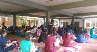 Los estudiantes de medicina de la LUZ recibieron clases tirados en el suelo y sinluz