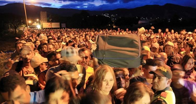 VENEZOLANOS CRUZAN EN MASA LOS PUENTES FRONTERIZOS COLOMBIA