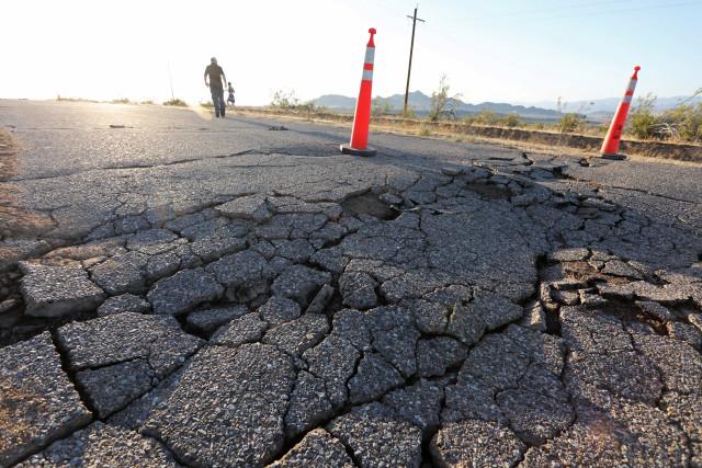 Fisuras abiertas en la carretera tras un terremoto en el sur de California cerca de Ridgecrest, EEUU.