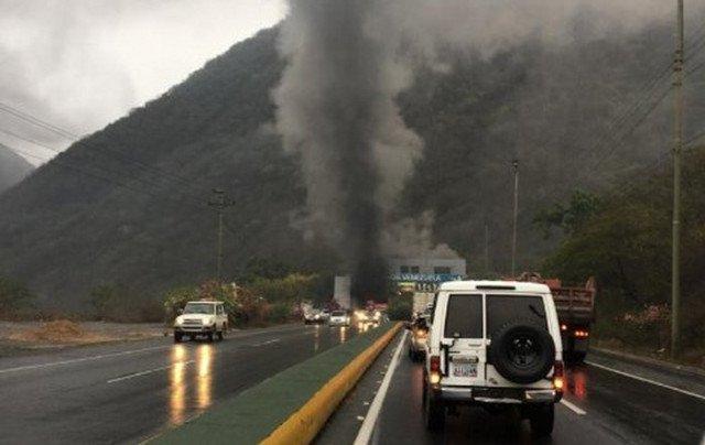 Incendio de vehículo en parte interna del túnel Boquerón 2 sentido La Guaira