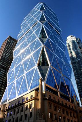 La familia Hearst, propietaria de la multinacional mediática Hearst Corporation, amasa una fortuna de 28.000 millones de dólares.