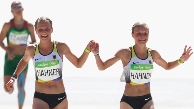 Las gemelas alemanas Lisa y Anna Hahner recibieron críticas de las autoridades deportivas alemanas tras llegar tomadas de la mano a la meta en la maratón femenina, 15 minutos después de lo establecido en su marca personal.