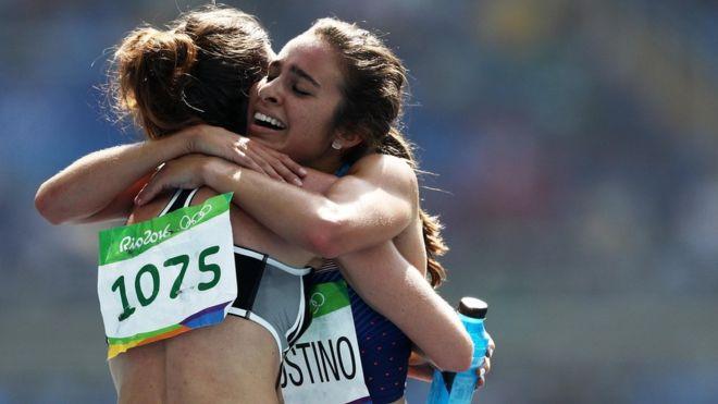 El abrazo entre las atletas Nikki Hamblin, de Nueva Zelanda, y Abbey D'Agostino, de EE.UU., fue un momento de fraternidad olímpica. La primera se cayó e hizo que D'Agostino también se tropezara. Hamblin ayudó a la estadounidense a levantarse para terminar la carrera juntas.