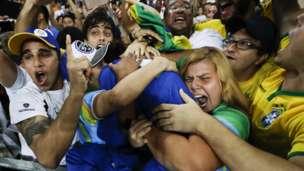 Silva no pudo contener su alegría y se abalanzó a las gradas donde se sumergió en un efusivo abrazo con aficionados de su país.