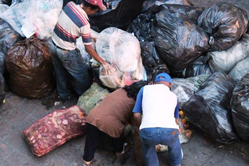 Venezolanos comiendo en la basura