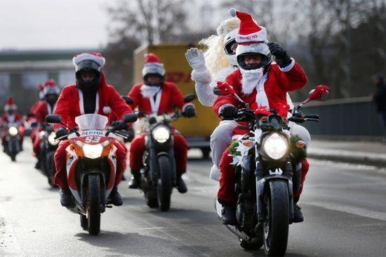 Motociclistas conducen a través en Hagen, Alemania en su camino a una reunión anual en la víspera de Navidad para tener chocolate caliente, vino caliente, café y una charla.