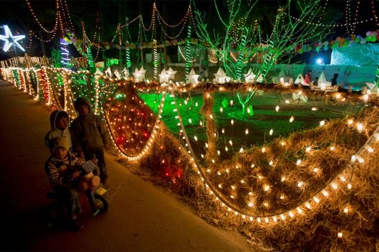 Los cristianos paquistaníes decoran su barrio para Navidad en Islamabad, Pakistán.