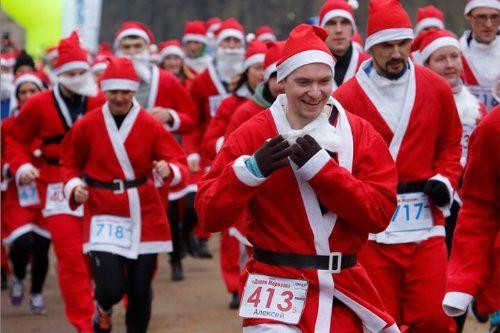 Los hombres y las mujeres usan trajes de Ded Moroz (también conocido como Papá Noel, o padre Frost) en una competición de la Navidad en San Petersburgo, Rusia
