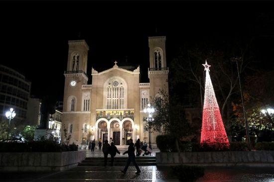 La gente hace a su manera un árbol de navidad que adorna la plaza de la catedral ortodoxa de Atenas, en Grecia.La gente hace a su manera un árbol de navidad que adorna la plaza de la catedral ortodoxa de Atenas, en Grecia.