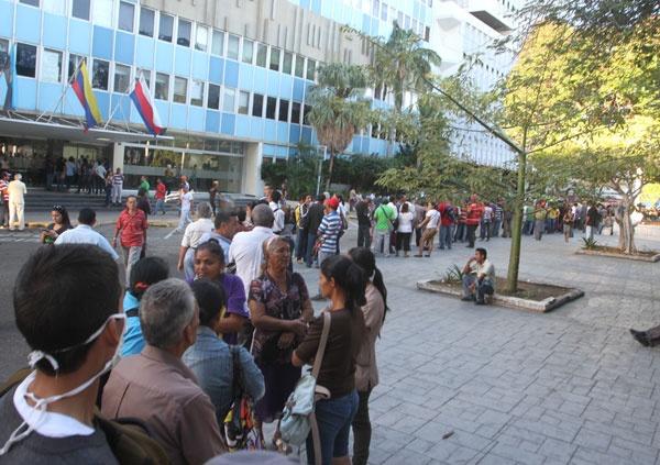 Personas se agolpan frente al BCV en Maracaibo intentando canjear billetes de 100Bs (o de 0Bs.?)