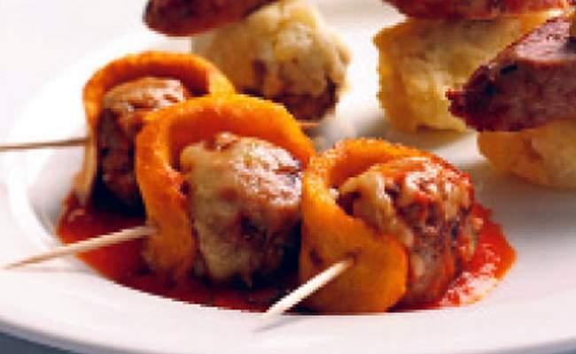 Albóndigas con queso y salsa de pimentones