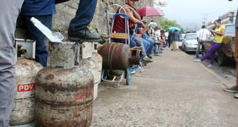 Diario La Prensa de Guayana/Referencial Las personas pasan horas en cola para poder recargar su bombona