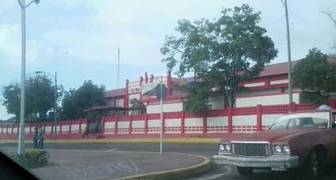 8:50 Unidad Educativa Gran Mariscal de Ayacucho, avenida principal de San Francisco. Unas 10 personas en cola.