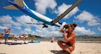 Poner un aeropuerto pegado a la playa, nunca fue buena idea pero en la isla del Caribe de St. Maarten no queda otra. Su reducido tamaño hace que cada avión que llega, ponga en peligro a los bañistas, incluso llegando a causar la muerte a alguno, al lanzarlo contra los muros de la zona.