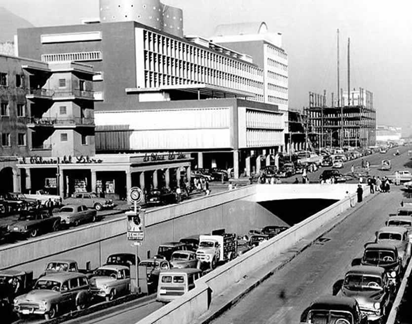 Foto de la salida del Centro Simón Bolivar directo a la plaza O' Leary teniendo como segundo plano a la avenida Baralt (Caracas) en los años cincuentas