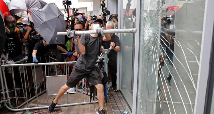 Manifestantes asaltan el edificio del Consejo Legislativo de Hong Kong